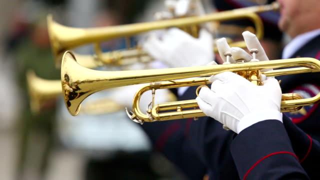 stockvideo's en b-roll-footage met de militaire fanfare trumpeters - leger krijgsmacht