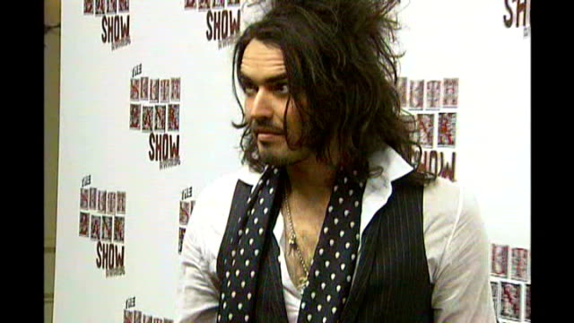 vídeos de stock, filmes e b-roll de trust gives verdict on russell brand and jonathan ross prank call; jan 2007: russell brand photocall at south bank show awards - jonathan ross