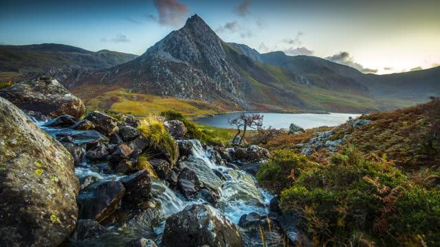 vidéos et rushes de montagne de tryfan à snowdonia, pays de galles - royaume-uni - torrent