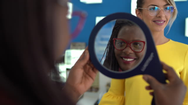 stockvideo's en b-roll-footage met het proberen van brillen in de optometristenwinkel - zicht