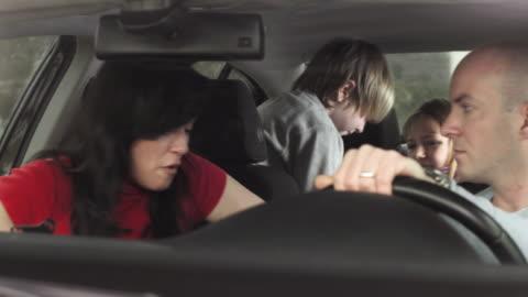 vídeos y material grabado en eventos de stock de hd: intentar disciplina de los niños en un coche - mischief