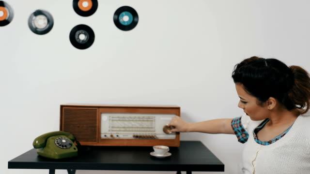 vídeos de stock, filmes e b-roll de tentar encontrar favorito estação de rádio - fora de moda estilo