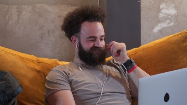 vídeos de stock e filmes b-roll de trying to find solution for work problem - masculinidade moderna