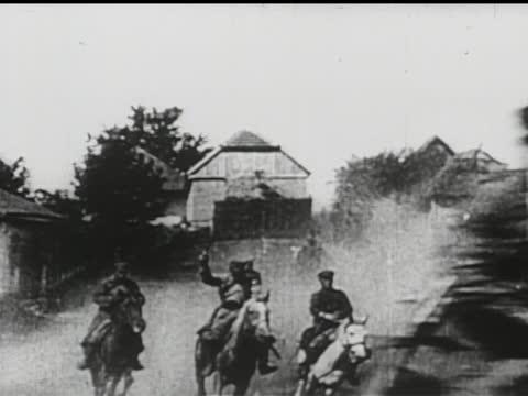 vídeos de stock e filmes b-roll de tsar nicholas ii, family and dignitaries, cossacks on horseback brandishing guns and swords riding through burning village, russian troops fighting... - anticomunismo