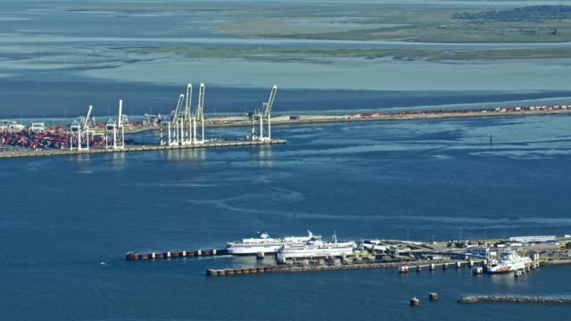 vídeos y material grabado en eventos de stock de aerial tsawwassen ferry terminal in delta, canada - perspectiva desde un helicóptero