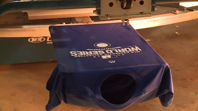 vídeos y material grabado en eventos de stock de shirts put through screen printing machines with chicago cubs 2016 world series logos at rags of honor a printing company that employs veterans... - camiseta