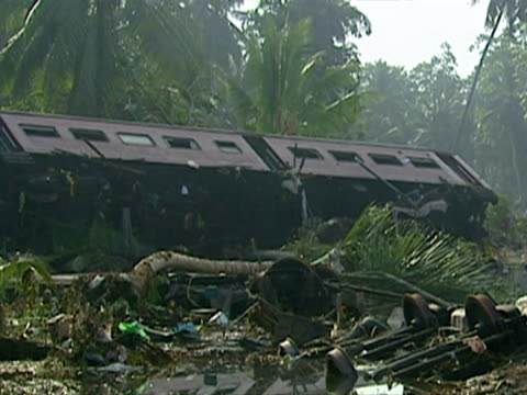 tsunami causes train crash in sri lanka - 2004年点の映像素材/bロール