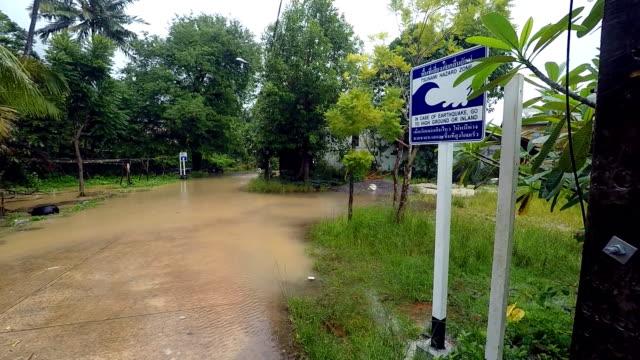 vídeos de stock, filmes e b-roll de zona de perigo de tsunami flood de rota de evacuação - sinal de advertência