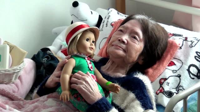 vídeos y material grabado en eventos de stock de tsuyako matsumoto received a kit kittredge doll from us ambassador to japan caroline kennedy at a nursing home in kitami on japan's northernmost main... - caroline kennedy