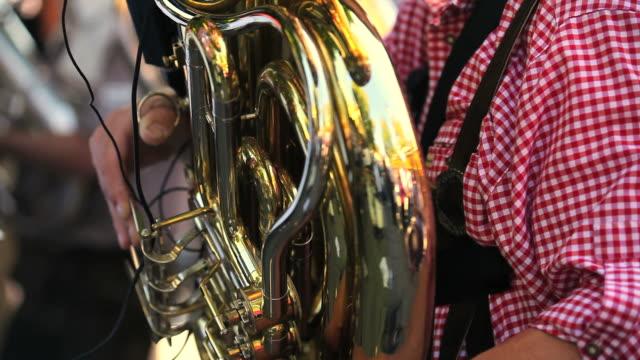 チューバ選手ループクローズアップショット - 金管楽器点の映像素材/bロール