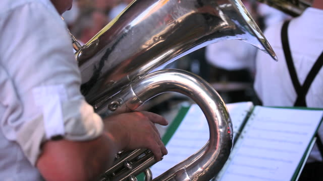 チューバプレーヤーの屋外コンサートを実施する - ブラスバンド点の映像素材/bロール