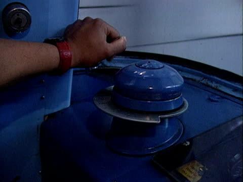 vidéos et rushes de a tube driver slows train as it approaches a station london 2000 - levier de contrôle