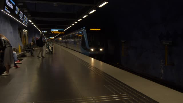 vídeos de stock e filmes b-roll de tube train arriving at stockholm city station, stockholm, sweden, scandinavia, europe - sweden