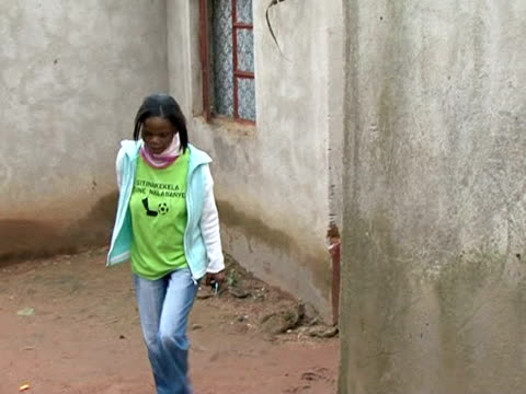 vídeos de stock, filmes e b-roll de a tuberculosis epidemic is overwhelming health clinics across swaziland it's been fueled by the high rate of hiv amongst the population but the... - máscara cirúrgica