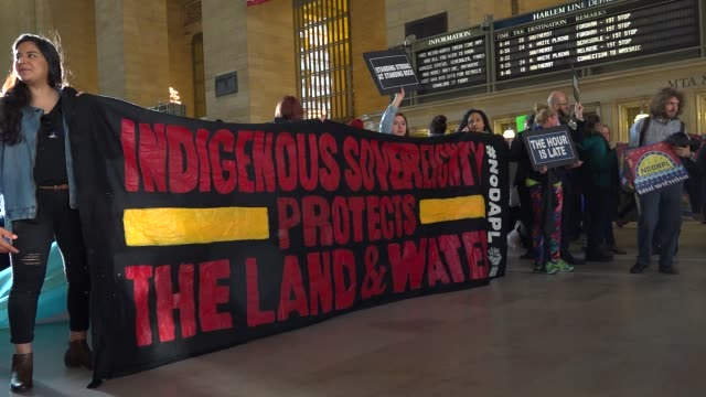 vidéos et rushes de tuesday morning's new york city's grand central station rush our commute disrupted by demonstrators aiming to raise awareness on the north dakota... - culture des indiens d'amérique du nord