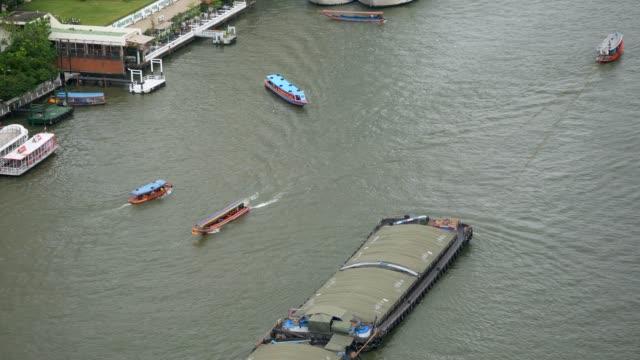 チャオプラヤ川のボートを引っ張る - チャオプラヤ川点の映像素材/bロール