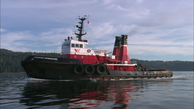 vidéos et rushes de ms, tug boat on river, gibsons, british columbia, canada - remorqueur