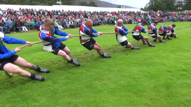 ms tug of war at braemar royal highland games / braemar, aberdeenshire, scotland - seil stock-videos und b-roll-filmmaterial
