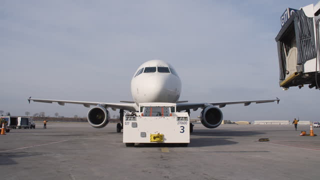 vidéos et rushes de tug push back a commercial airliner to the taxiway - aérodrome