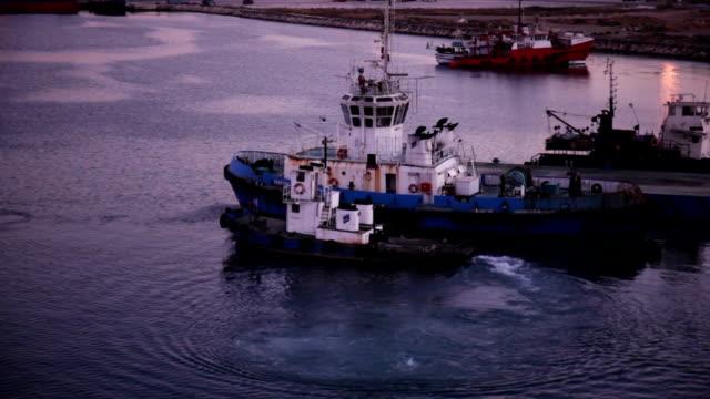 タグボートと旧錆びた船の港 - 数個の物点の映像素材/bロール