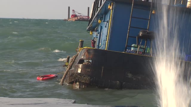 a tugboat became partially submerged in lake michigan on the south side of chicago on may 05 2014 - lago michigan video stock e b–roll