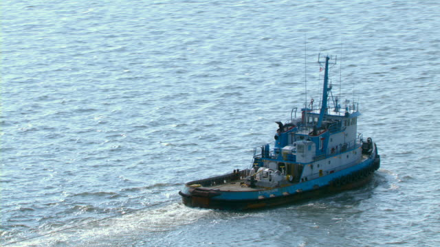 vidéos et rushes de a tugboat moves through the mississippi river. - remorqueur