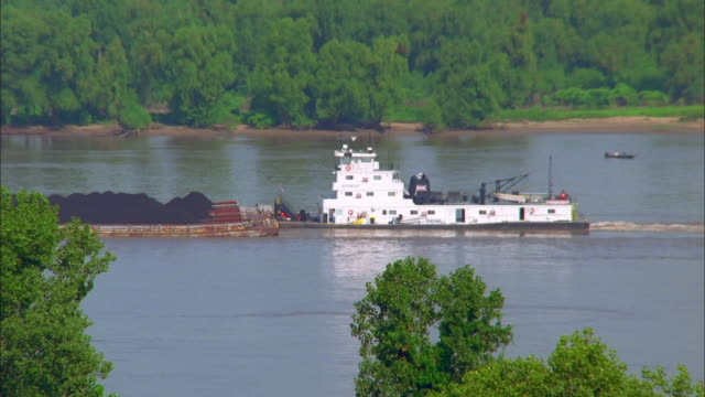 tugboat pushing load along mississippi river, natchez available in hd. - bogserbåt bildbanksvideor och videomaterial från bakom kulisserna