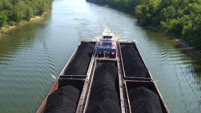 schlepper river verkehr - lastkahn stock-videos und b-roll-filmmaterial