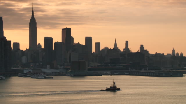 ms  tugboat travel down on river / new york city, new york, united states - establishing shot点の映像素材/bロール