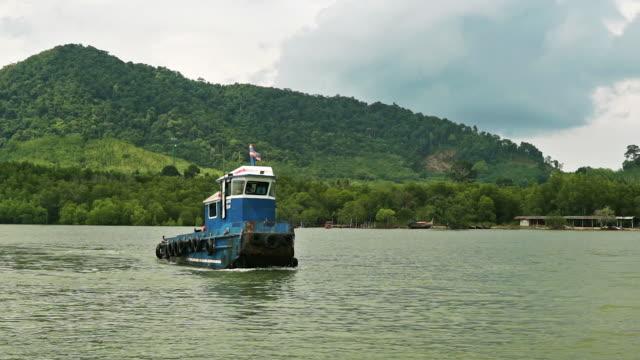 クラビ本土と島ランタ島を結ぶフェリー ルートに取り組んでタグボート - タグボート点の映像素材/bロール