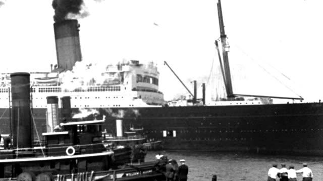 vídeos y material grabado en eventos de stock de tugboats approach an ocean liner as it prepares to dock in new york harbor. - puerto de nueva york