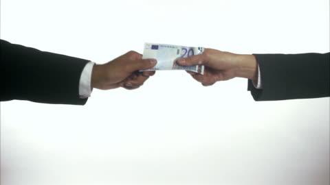 vidéos et rushes de tug-of-war using bills sweden. - injustice