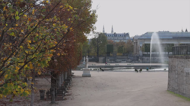 tuileries garden open, people sitting on chairs around a pond, on the second day of isolation on october 31, 2020 in paris, france. france imposed... - knochen im beckenbereich stock-videos und b-roll-filmmaterial