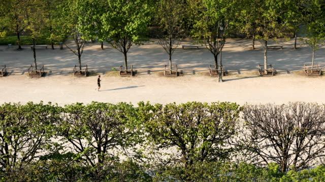 vidéos et rushes de vues des tuileries à paris - lockdown
