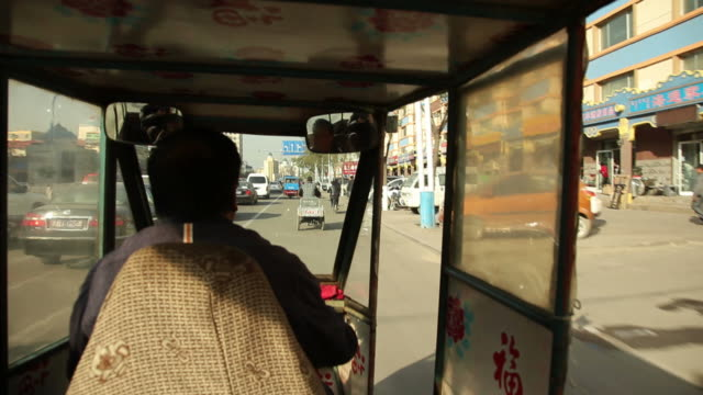 ms pov tuk tuk driver driving around city / hohhot, inner mongolia, china - jinrikisha stock-videos und b-roll-filmmaterial