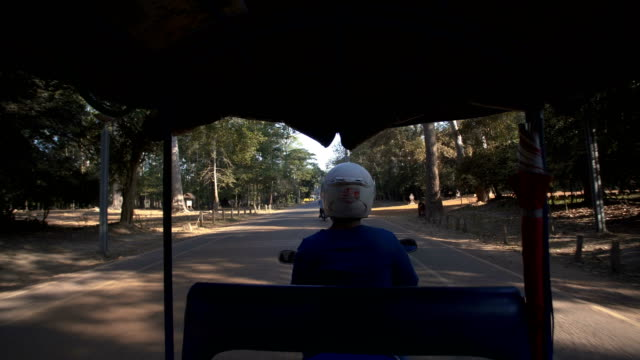 tuk-tuk in angkor wat - jinrikisha stock-videos und b-roll-filmmaterial
