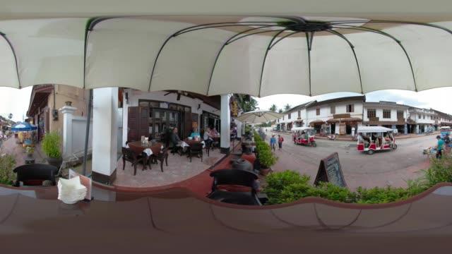360 vr / tuk tuk in main street and people in restaurant - straßenschild stock-videos und b-roll-filmmaterial