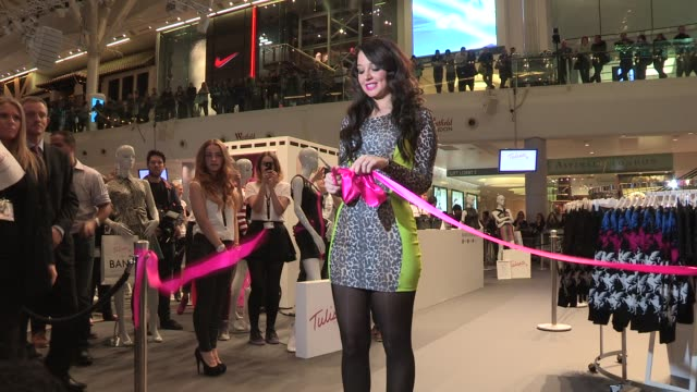 vídeos de stock, filmes e b-roll de tulisa contostavlos cuts the ribbon to her pop up shop at the launch of her debut clothing line tfb by tulisa for bank tulisa contostavlos at... - cortando fita