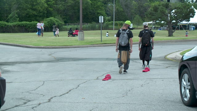 vidéos et rushes de kfor tulsa ok u s young men with red baseball caps on ropes during juneteenth celebration in historic greenwood district in tulsa on friday june 19... - casquette de baseball