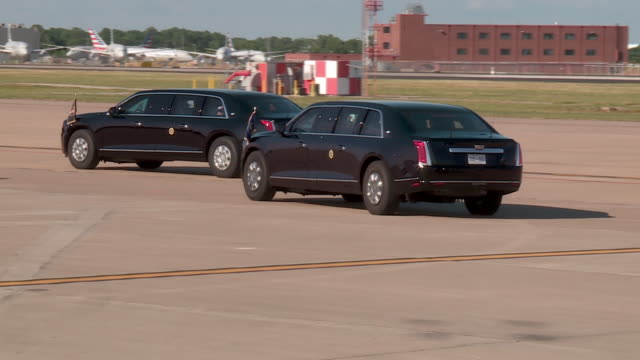 tulsa, ok, u.s. - u.s. president donald trump on air force one steps and at limousine 'the beast' at airport runway on saturday, june 20, 2020. on... - エアフォースワン点の映像素材/bロール