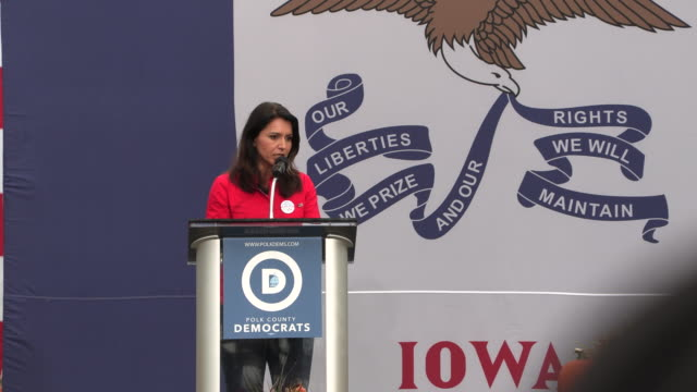 tulsi gabbard speaks during the polk county steak fry in des moines, iowa. the event political event was attended by all 17 candidates still running... - polynesischer abstammung stock-videos und b-roll-filmmaterial