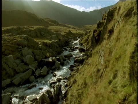 tumbling mountain stream - スノードニア点の映像素材/bロール