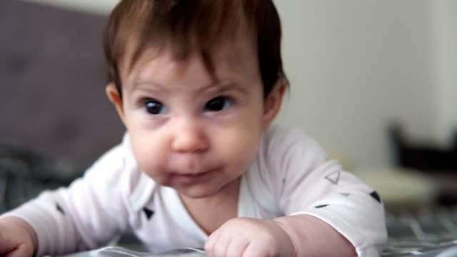 tummy tid - endast en flickbaby bildbanksvideor och videomaterial från bakom kulisserna