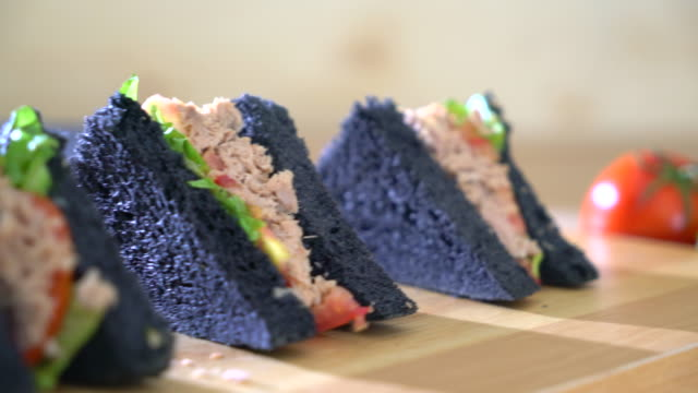 Holzkohle Thunfisch-sandwich