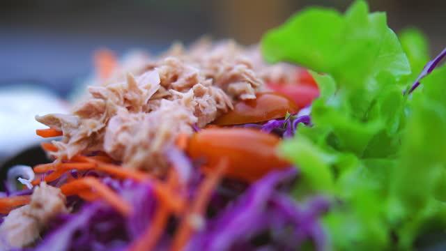 vídeos de stock, filmes e b-roll de salada de atum na foto do caminhão de prato preto - alimentação saudável