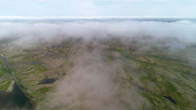 vidéos et rushes de paysage de toundra et de collines dans une journée nuageuse - parachute