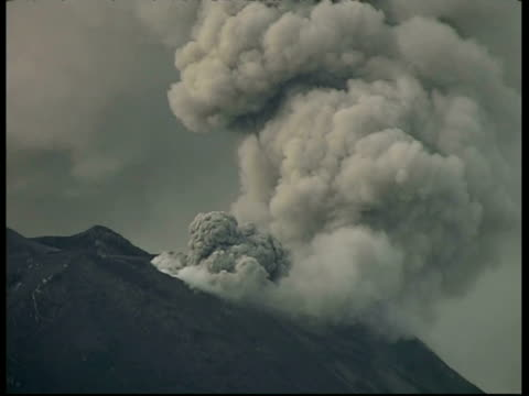 tunguragua, volcano erupting smoke and ash, ms crater edge, ecuador - bedrohung stock-videos und b-roll-filmmaterial