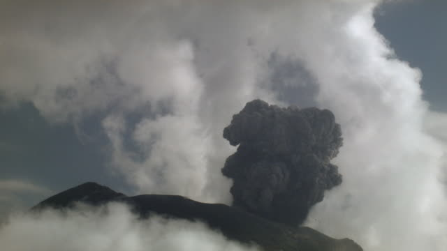 tungurahua volcano erupting, february 2004, ecuador - eruption stock-videos und b-roll-filmmaterial