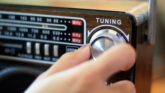 vídeos de stock e filmes b-roll de tuning fm radio stations on receiver dial - antigo