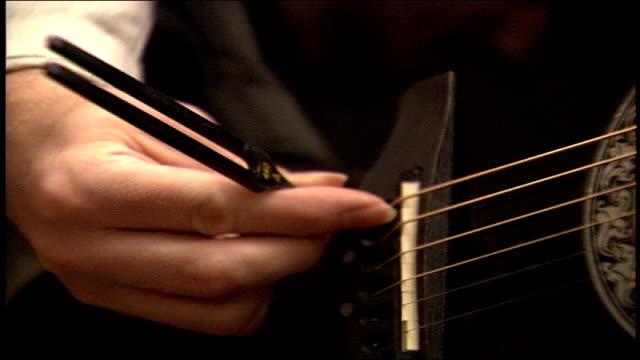 vídeos y material grabado en eventos de stock de cu tuning fork on being used on guitar - diapasón instrumento de cuerdas